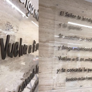 Metacrilato con metopas de aero y letras de bronce para Hospital San Francisco de Asis