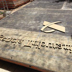 Letras de madera para fraguado en muro.