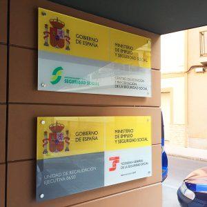 Metacrilatos con impresión en espejo y metopas de acero para INSS Mérida