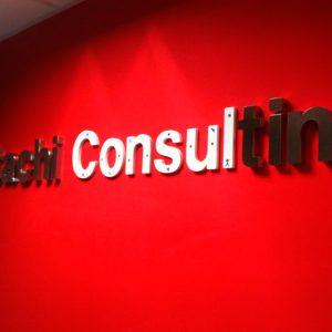 Letras Ciegas de Acero lacado para Hitachi Consulting. Foto a medio montaje con varias traseras a la vista.